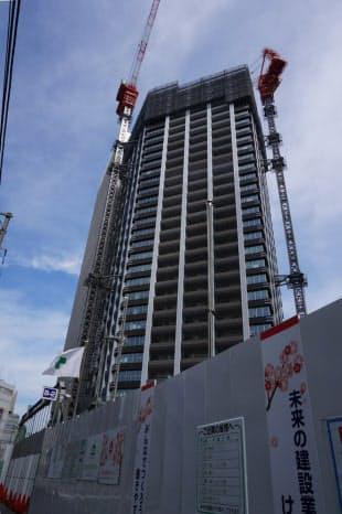 オフィスビルの隣に建つ「Brillia Towers 目黒 ノースレジデンス」。高さは約145m(写真:赤坂麻実)