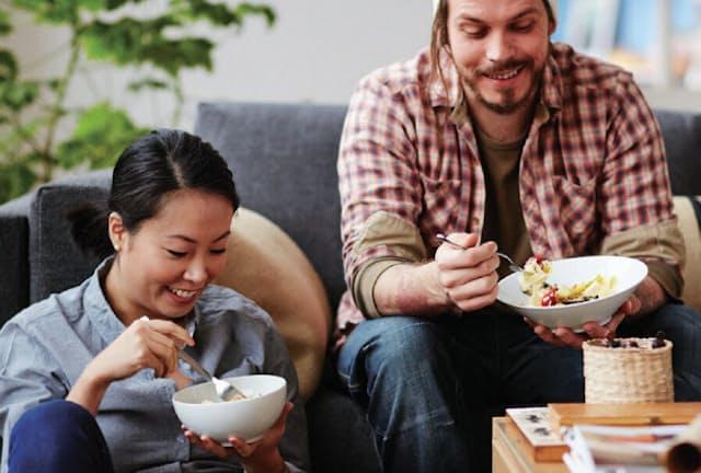 例えば米国では、ダイニング以外で食事をとる人が増えている。ソファでパスタを食べるときは、深めのボウルなら片手で持って食べやすい