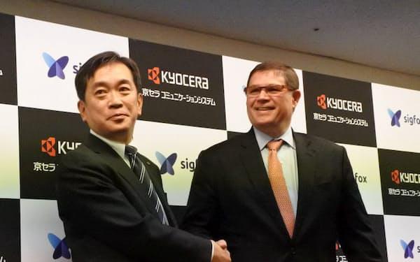 図1 京セラコミュニケーションシステム 代表取締役社長の黒瀬善仁氏(左)とSigfox社 Presideent, Asia & Pacific のRosewell Wolf氏(右)