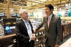 ジム・ロジャーズ氏(左)とNY証券取引所で対談する豊島逸夫氏