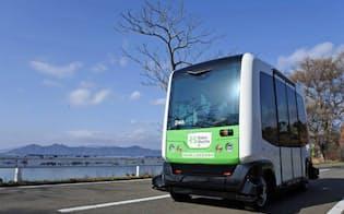 写真1 秋田県仙北市の公道を走行するロボットシャトル
