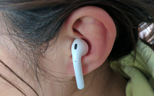 アップル「エアポッド」は耳に直接挿入して使う