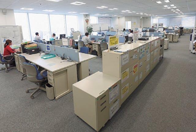 トヨタ式の片づけが徹底されたオフィス。モノの位置が大きくラベル貼りされている