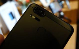 「ゼンフォン3ズーム」は本体の背面にメインと望遠の2つのカメラを搭載している