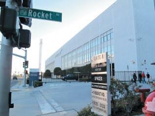 ロサンゼルスにあるスペースXの工場。隣接の道路の名は「ロケット」