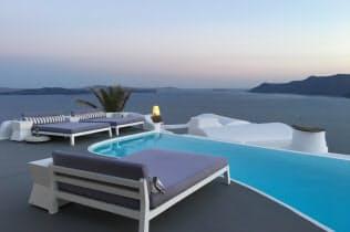 白と青の世界が広がるカティキエス(ギリシャ/サントリーニ島)