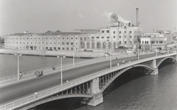 吾妻橋工場の横には、小さなビアホールがあった(1970年代)