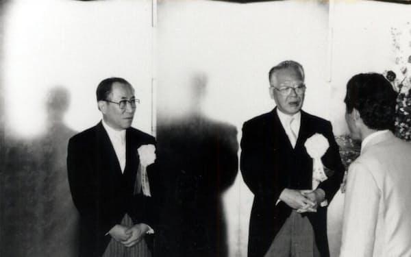 社長就任披露パーティーで、村井勉会長(右)と(1986年)
