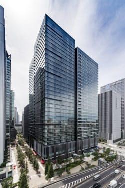 写真1 三菱地所が2016年4月にオープンした東京・大手町に立つグランキューブは、災害で水や電気などのインフラが寸断されても3日間はビル機能を維持する自立型システムを備える(写真:三菱地所)