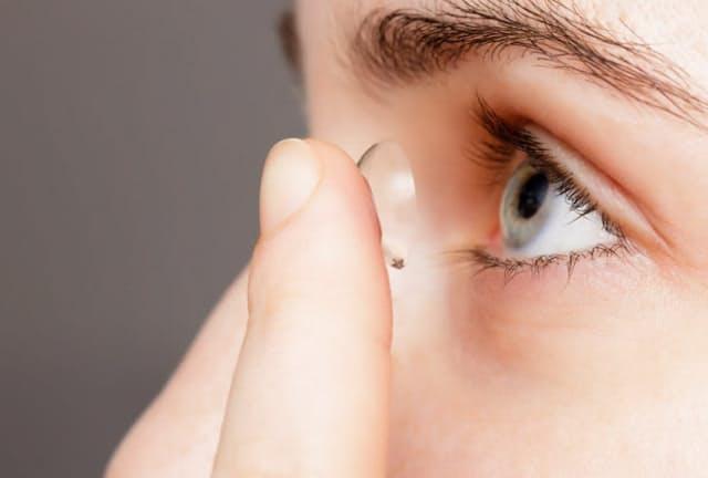 コンタクトレンズの長期使用は眼瞼下垂のリスクを高める(c)Victor Koldunov-123rf