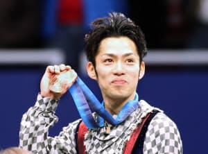 バンクーバー五輪で銅メダルを掲げる高橋大輔=写真 小林健