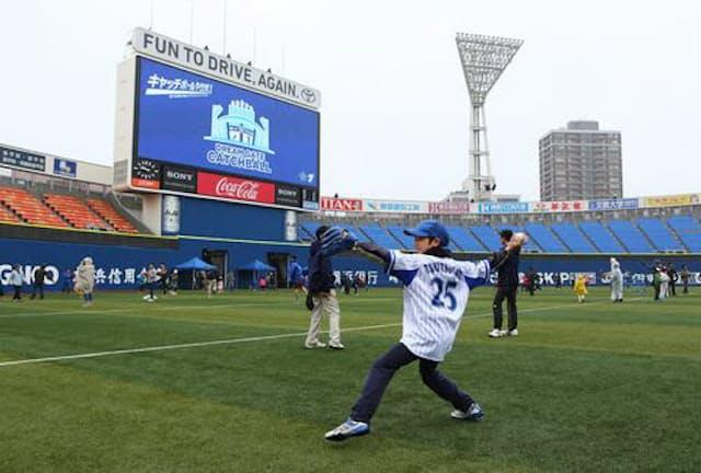 横浜DeNAベイスターズのイベント「DREAM GATE CATCHBALL」では、横浜スタジアムのグラウンドを無料開放してキャッチボールができる(写真:YDB)
