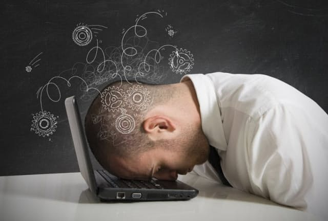 長時間労働は睡眠不足を招き、睡眠不足が続くと、集中力や認知機能、運動機能がどんどん落ちていく。その落ち方は、おそらくあなたの想像以上だ(c)alphaspirit-123rf