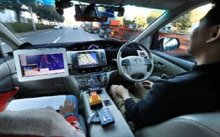 自動運転のテスト走行をするZMPの「ロボカー」