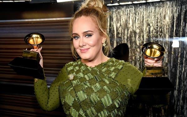 第59回グラミー賞授賞式で5部門で受賞したアデル。写真:Getty Images