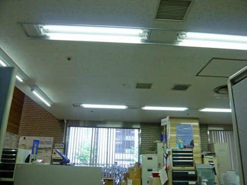 市役所の執務室に取り付けた直管型LED照明。蛍光灯具に付いていた安定器を取り外して、交流242Vの電源と整流器を組み込んだLED照明とを直結している。ソケットは従来のままだ(写真:日経アーキテクチュア)