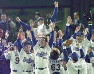 1998年の日本シリーズを制し、胴上げされる横浜の権藤監督(当時)