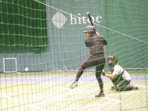 SBSプロジェクトで活用する、「スマートブルペン」での計測の様子。バッターは慣性センサーを内蔵したウエアを着用、さらに視線を追跡する「アイトラッカー」をかけて打撃し、生体情報をリアルタイムに取得する。写真は東大野球部の選手