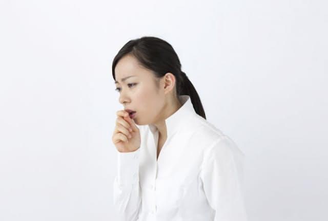 この季節、せきやくしゃみで肩こりや首の痛みを訴える人が増えるという(c)PaylessImages-123rf