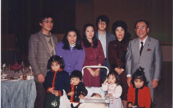 5人目の孫が生まれ、家族と(右端が筆者、87年)