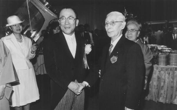 本部ビル落成披露で堀田庄三・住友銀行相談役(中央右)と(89年)