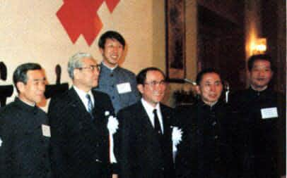 第19回中国人民銀行幹部と伊部恭之助会長(右から5人目)と筆者(同3人目)=82年