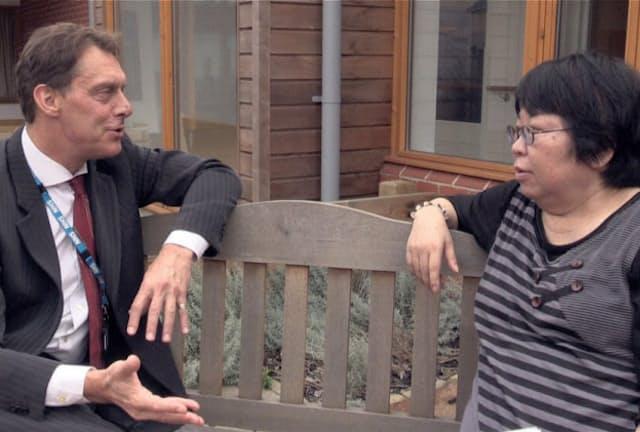 「パーソン・センタード・ケア(認知症の本人を尊重するケア)」を知った関口監督(右)は、イギリスに飛び、ハマートンコート認知症ケア・アカデミーのヒューゴ・デ・ウァール博士(左)らに取材をした。関口監督がイギリスで学んだ、認知症ケアで大切なこととは?(C)2017 NY GALS FILMS