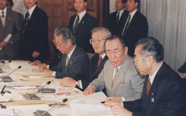 経済戦略会議で、小渕首相(右端)と(99年2月)