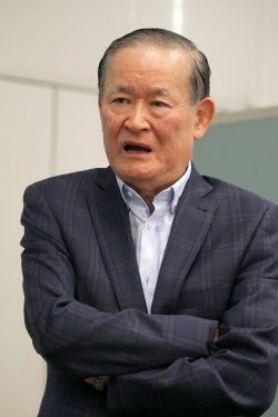 写真1 中央大学大学院フェローの小林三郎氏(撮影:新関雅士)