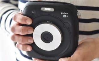新しい1:1のスクエアフォーマットのチェキにプリントできる「instax SQUARE SQ10」。デジタル技術を採用することで使い勝手を高めたのも特徴だ。カメラ本体の実売価格は3万円前後でフィルムは別売となる