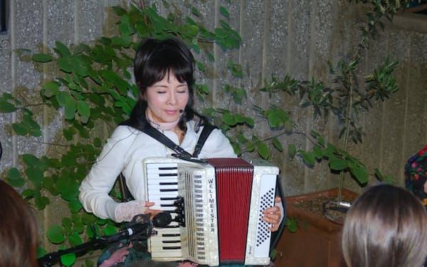 初コンサートで演奏する由美かおるさん