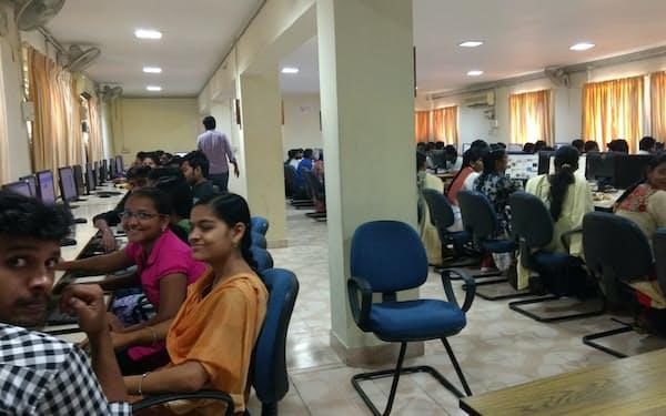 大学の寮に泊まり込みで講習に励む学生たち(ビシャカパトナムのGITAM大学)