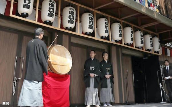 名古屋城天守閣近くの特設劇場で行われる、歌舞伎公演「名古屋平成中村座」の開場を告げる太鼓(1日午前、名古屋市)=共同