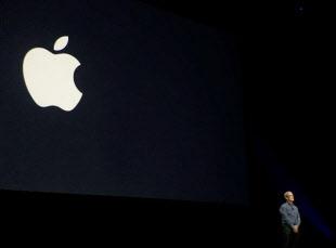 アップルのロゴを背景に製品発表するティム・クックCEO(最高経営責任者)