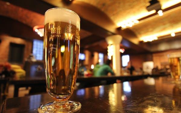 この美しい麦芽色に、つい心引かれます。サッポロビール博物館にて、見学後の1杯は格別のおいしさ (写真:japan-guide.com)