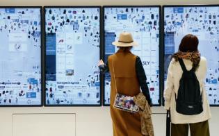 商品画像が大画面に浮かび上がる池袋パルコのエントランス(写真:村田和聡)