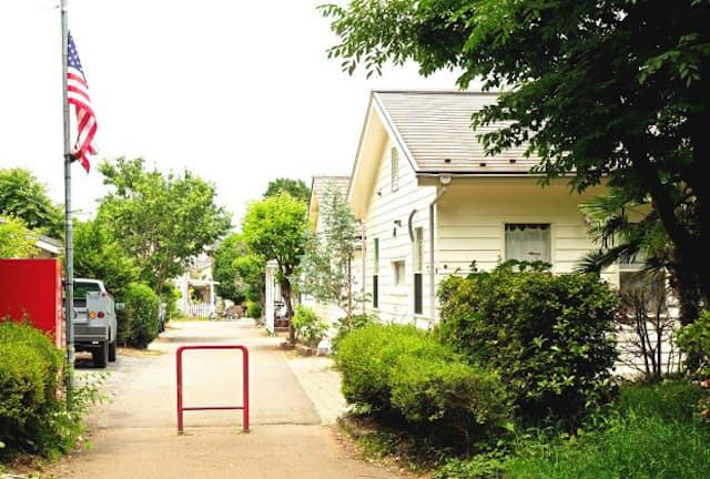 約7500坪の敷地に米軍ハウスなど79棟の建物があり、131世帯210人が居住
