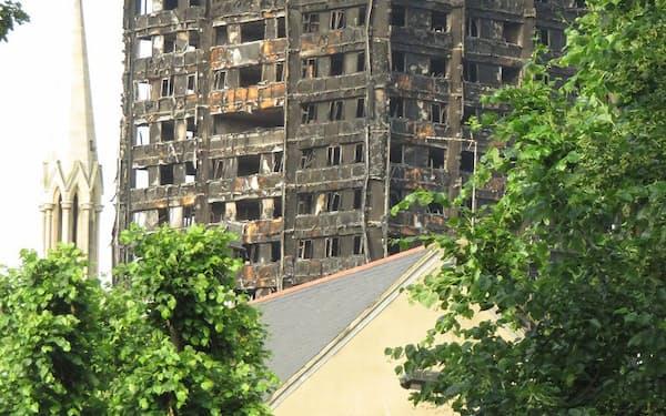 現地時間6月14日未明に大規模火災が発生した英国ロンドンの「グレンフェル・タワー」。24 階建て、高さ68mの高層公営住宅は、外壁に張り付けた断熱材などを燃やし、急激に上層階まで延焼した(写真:東京大学生産技術研究所・野城智也教授)