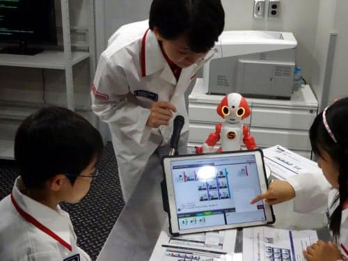 ビジュアルプログラミングツールでロボットの動作や会話のやりとりをプログラミングする