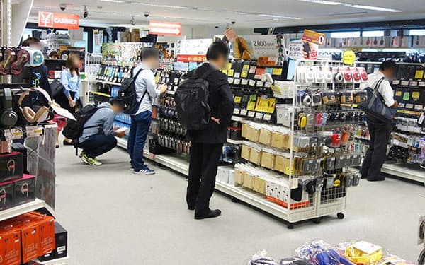 カンダエイトビル4階にあるe☆イヤホン秋葉原店。入り口から一歩入った棚には、1万円超のモデルが多数並べられている