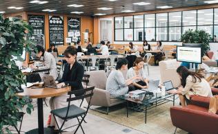 リモートワークが普及したことでオフィススペースに余裕が出てきた。そこでカフェスペースや打ち合わせスペースを設けて社員同士のコミュニケーションを活性化。フリーアドレスを導入しWi-Fiも完備