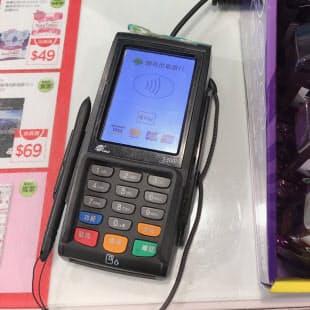 街中でApple Payのロゴを見かける機会も増えてきた。写真は台北市内のドラッグストアでの決済端末の画面(写真:鈴木淳也)