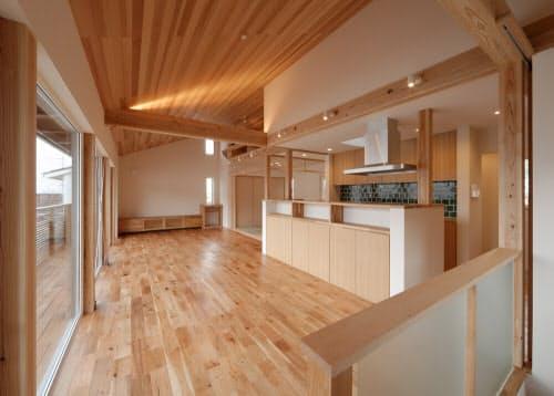 松尾設計室の設計例。2階リビング、全面勾配天井だが、14畳用のエアコン1台で2階全て(58.79平方メートル)を暖房できるように設計した。容量的には1台で1階を含めて全館を賄えるが、2階に設置したため、2階の冷暖房用として使っている(写真:松尾和也)