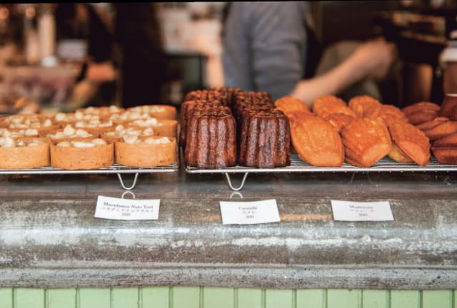 朝食時カウンターに並ぶのは焼きたてのパン・オ・ショコラやマドレーヌ、フィナンシェ、カヌレなど(PATH)