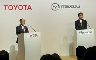共同で記者会見したトヨタの豊田社長(左)とマツダの小飼社長
