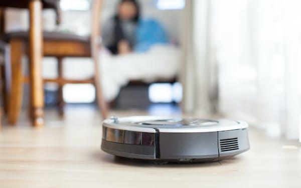 さまざまなメーカーが発売しているロボット掃除機。ビックカメラ有楽町店によると「ルンバは相変わらず人気がありますが、それを上回る勢いで国内メーカーの製品が好調」だという(PIXTA)