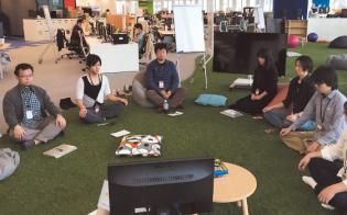 マインドフルネスを取り入れた研修プログラムは毎週、水曜日の昼休みと、木曜日の朝の1 時間で行う。参加者は自身の都合に合わせてどちらかに参加すればよい。オフィス内の芝生エリアに集まって、瞑想(めいそう)を実践