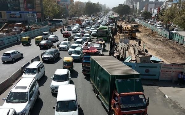 インドは「悠久の時が流れる」と形容されるが、都市部の状況は変わってきた(インド・デリー、筆者撮影)