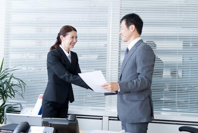 褒める場合はタイミング、言葉選びなどに工夫が欠かせない PIXTA