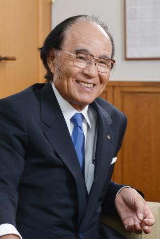 伊那食品工業塚越寛会長。1937年長野県生まれ。高校在学中に肺結核を患い、中退。3年の療養生活を余儀なくされた後、57年に木材会社に就職。翌年、子会社で事実上経営破綻状態だった寒天メーカー、伊那食品工業の立て直しを社長代行として任される。経営再建を果たし、83年に社長、05年に会長に就任した